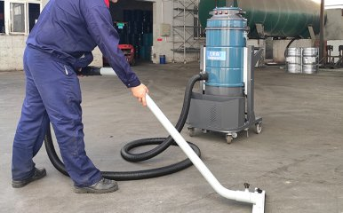油桶储存仓库用克莱森工业吸尘器清理地面